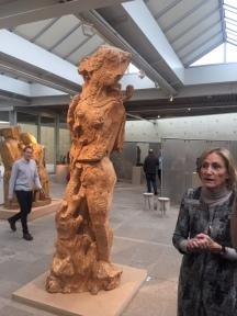 Zadkine: Marietta Willemsen bij een houten figuur