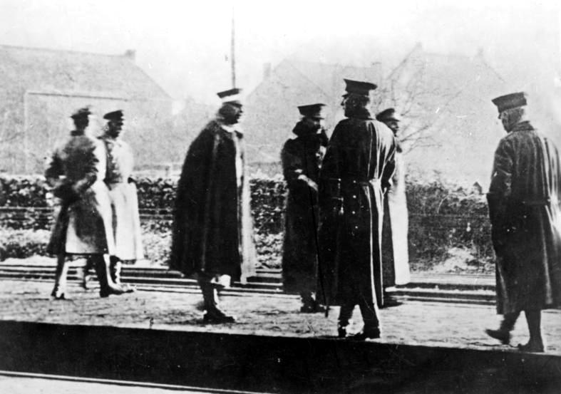 Bundesarchiv_Bild_183-R12318,_Eysden,_Kaiser_Wilhelm_II._auf_Weg_ins_Exil